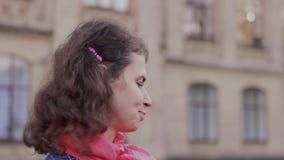 Emotionell video stående av nicka en disapprovingly kvinna arkivfilmer