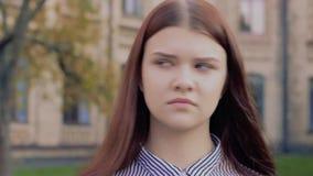 Emotionell video-stående som nickar den inte approvingly härliga unga flickan arkivfilmer
