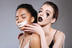 Emotionella bedöva modeller som föreställer evig konflikt Royaltyfria Bilder