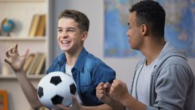 Emotionella blandras- tonårs- vänner som hurrar för nationellt fotbolllag, fans arkivfilmer