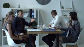 Emotionella businesspeople som argumenterar på möte i regeringsställning lager videofilmer