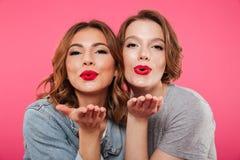 Emotionella damvänner som blåser kyssar Arkivbilder