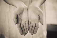 emotionella händer för begrepp som tillsammans rymmer kvinna två Royaltyfri Foto