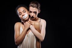 Emotionella härliga modeller som agerar en kamp arkivbilder