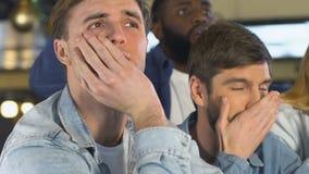 Emotionella män som svikas om den förlorande leken för favorit- lag, afton i bar arkivfilmer
