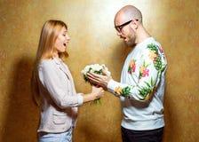 Emotionella modepar ger sig blommor på valentin` s Royaltyfri Bild