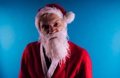 Emotionella Santa Claus på en blå bakgrund Begreppet av dåliga Santa Claus Lyckligt nytt år och glad jul! royaltyfri foto