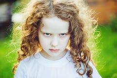 Emotionellt barn med ilsket uttryck på framsida Arkivbilder