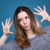 Emotionellt göra en gest för flicka Arkivbild