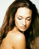 Emotionellt posera för ung nätt brunettkvinna, lycklig le isolator arkivbilder