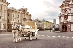Free Emoty White Carriage With White Horse Waits For Tourists In Central Square, Kazan Stock Photos - 144739343