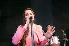 Emozionalmente cantando nella donna del microfono Immagini Stock Libere da Diritti