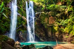 Emozionante turistico della donna dell'Hawai dalla cascata immagini stock