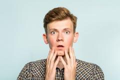 Emozione aperta della bocca dell'uomo incredibile di scossa di Omg fotografia stock