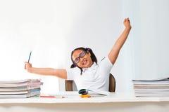 Emozione di distensione della ragazza nella stanza di codice categoria Immagini Stock Libere da Diritti