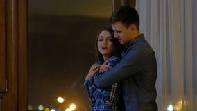 Emozione felice di amore delle coppie di comunicazione di svago stock footage