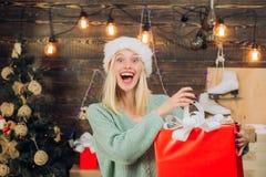 Emozione felice euphoria Fronte comico pazzo Donna sorridente che decora l'albero di Natale a casa Sorpresa di dicembre e fotografie stock libere da diritti