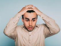 Emozione impaurita spaventata preoccupata triste dei capelli di tirata dell'uomo fuori fotografie stock
