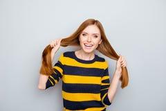 Emozione nera gialla di risata alla moda della testarossa di divertimento che esprime DES Fotografia Stock Libera da Diritti