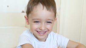 Emozioni del bambino: il ragazzo mostra la gioia Le risate ed i sorrisi del bambino stock footage