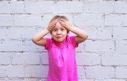 Emozioni del ` s dei bambini La bella ragazza mostra quanto è sorpresa Immagini Stock