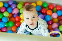 Emozioni del ` s dei bambini Neonato felice che gioca con le palle Fotografia Stock Libera da Diritti