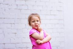 Emozioni del ` s dei bambini riflessione durante vita Immagine Stock