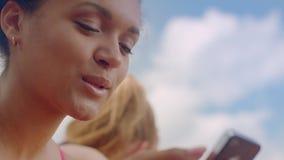 Emozioni differenti sul fronte africano della donna Fine latina del fronte della ragazza su stock footage