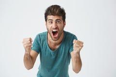 Emozioni e concetto di risultato Chiuda sul colpo di riuscito studente o impiegato con indifferenza weared felice che grida con Fotografia Stock