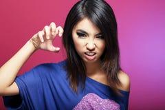 Emozioni negative. La femmina asiatica espressiva minaccia Fotografie Stock Libere da Diritti