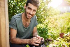 Emozioni positive, stile di vita della campagna Ritratto all'aperto di giovane agricoltore ispanico barbuto che sorride con i den Immagini Stock Libere da Diritti