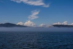 Empáñese en el océano, las islas se cubren en niebla Imágenes de archivo libres de regalías