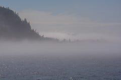Empáñese en el océano, las islas se cubren en niebla Fotos de archivo