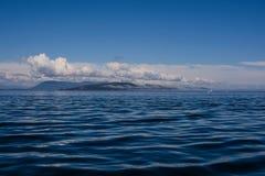 Empáñese en el océano, las islas se cubren en niebla Fotografía de archivo