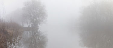 Empáñese sobre el agua en la primavera en la madrugada Fotografía de archivo