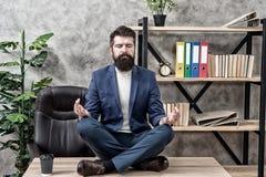 Emp?chez le burn-out professionnel Le costume formel de directeur barbu d'homme reposent la d?tente de pose de lotus Mani?re de d photos stock