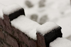Empañada hacia fuera, la pared se encogió de miedo por la nieve, calle de la tormenta del invierno en la Mancha Fotografía de archivo