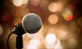 Empañado de micrófonos en sala de seminarios, discurso que habla adentro confer Imagen de archivo libre de regalías