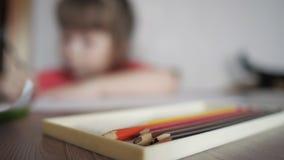 Empañado de niño dibuja con los lápices almacen de metraje de vídeo