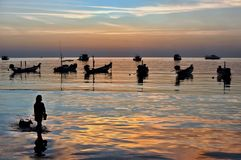 Empañado del barco tradicional del longtail de la silueta en el mar en su Imagen de archivo