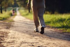 _empañar fondo con uno muchacha en ligero ropa quien caminar por parque fotografía de archivo