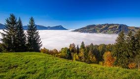 Empañe el cerco más grueso, Kleiner Mythen, el lago Alfalfa y las montañas suizas de Sattel en otoño, Suiza central almacen de video