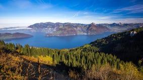 Empañe el cerco una montaña más gruesa, de Kleiner Mythen, del lago Alfalfa, de Rigi, ciudad de Brunnen y el pueblo de las montañ almacen de video