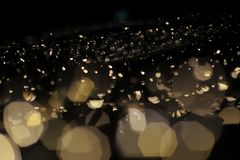 Empañe el foco de la luz en fondo negro de la lámpara en noche en la Navidad antes de día de fiesta romántico tan hermoso del Año Fotos de archivo libres de regalías
