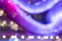 Empañe el fondo colorido de las luces de la exhibición delante de la alameda de compras Imagenes de archivo
