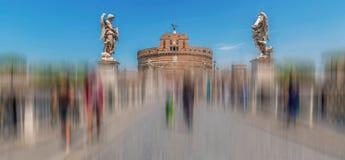 Empañe el movimiento con las estatuas de ángeles delante del ángel de Sant del castillo Foto de archivo