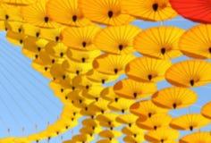 Empañe la ejecución hermosa de los paraguas coloridos de crear la sensación fotografía de archivo libre de regalías