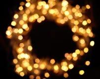 Empañe la guirnalda de las luces de la Navidad en el fondo oscuro, tarjeta del día de fiesta Fotos de archivo libres de regalías