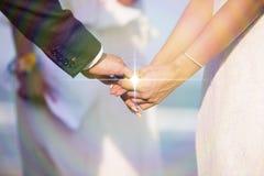 Empañe la novia y al novio en un momento romántico Fotos de archivo
