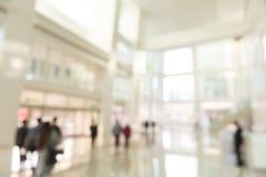Empañe la opinión interior del fondo que mira hacia fuera hacia puertas vacías del pasillo y de entrada de la oficina foto de archivo libre de regalías